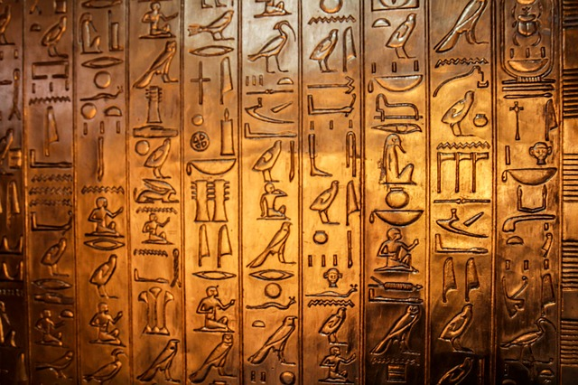 ... dates back to 2000 BC , with the Egyptian practice of hieroglyphics