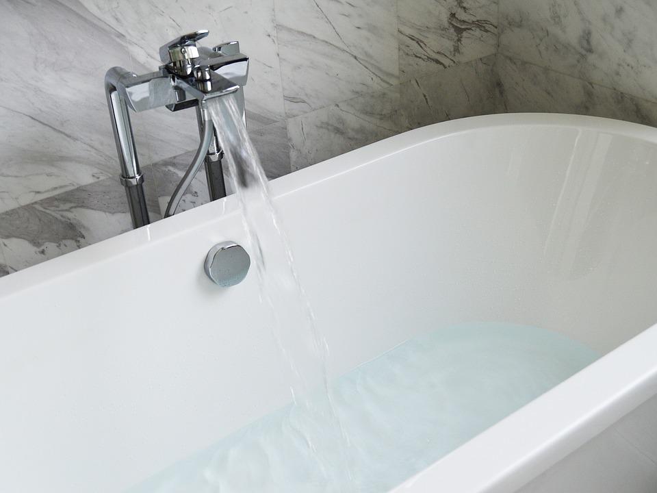Main Difference - Bath vs Bathe