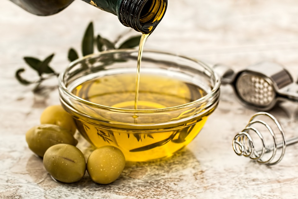 Main Difference - Fats vs Oils