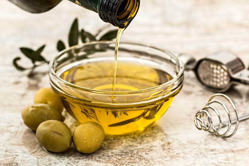 Main Difference - Canola Oil and Vegetable Oil