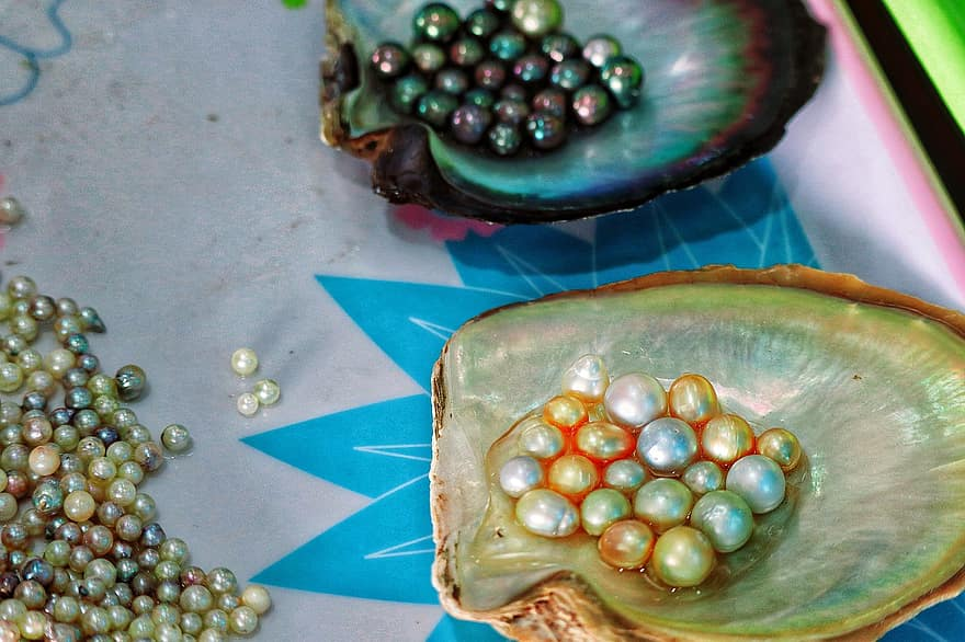 Main Difference - Cultured vs Natural Pearls