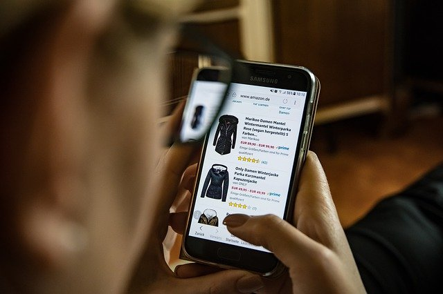 Main Difference - Online Shopping vs Traditional Shopping