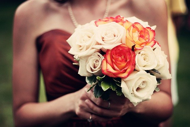 Main Difference - Bridesmaid vs Maid of Honor