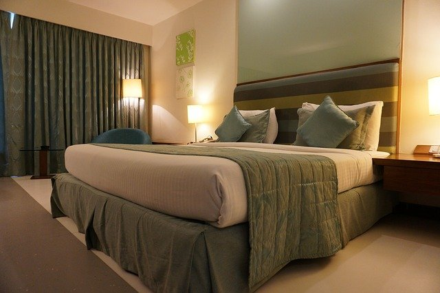 Main Difference - Housekeeping vs Room Service