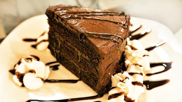 Main Difference - Red Velvet vs Chocolate Cake